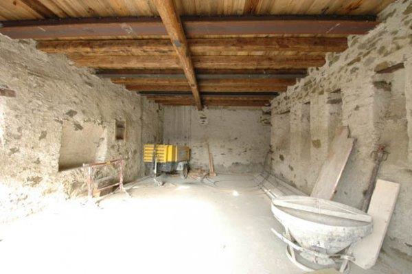 Baustelle: Die alte Decke im Stall wurde angehoben: ein schöner, heller Raum ensteht